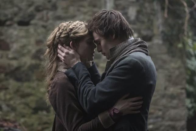 Elle Fanning e Douglas Booth sono Mary e Percy in una scena del film