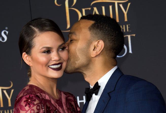 John Legend bacia sulla guancia Chrissy Teigen