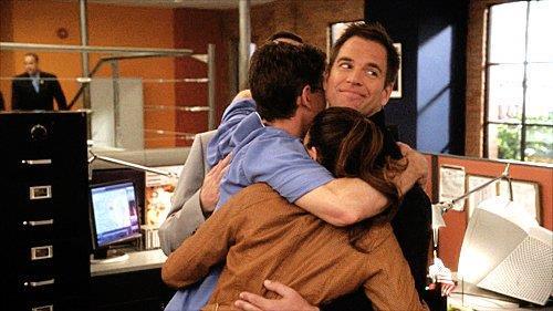 Il cast di NCIS si abbraccia