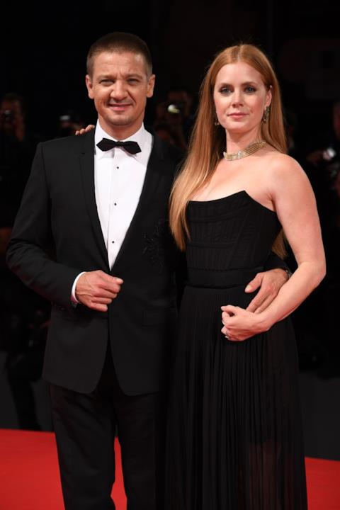 Amy Adams e Jeremy Renner sul red carpet di Venezia 73