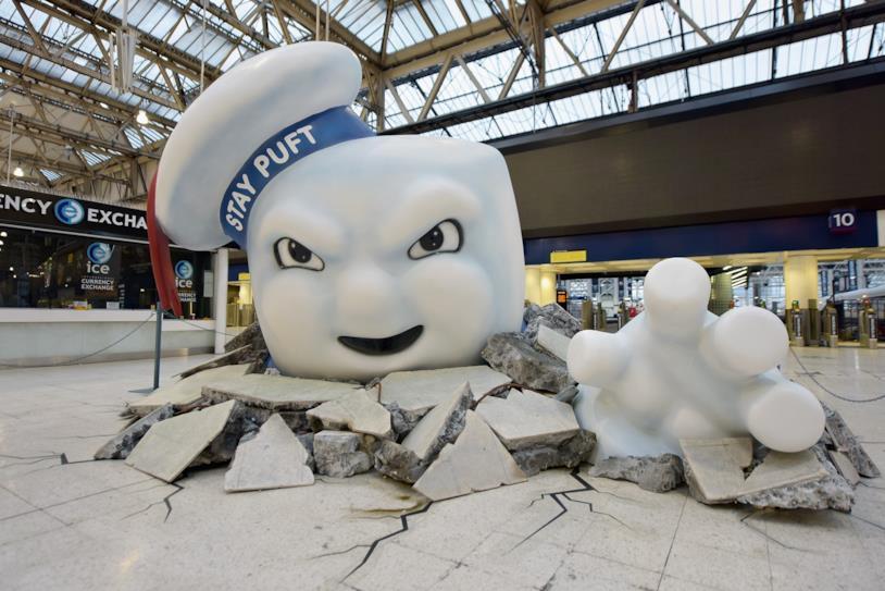 Stay Puft esce dal pavimento della Waterloo Station