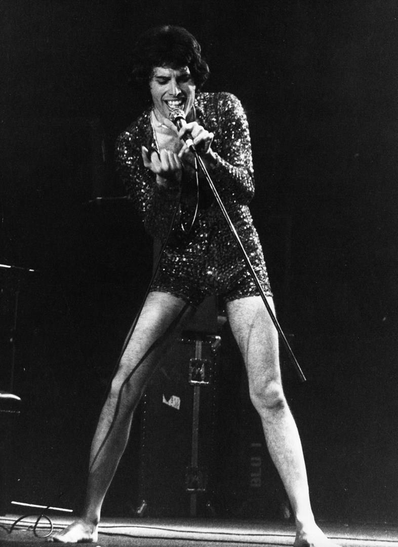 Freddie Mercury in tuta sul palco