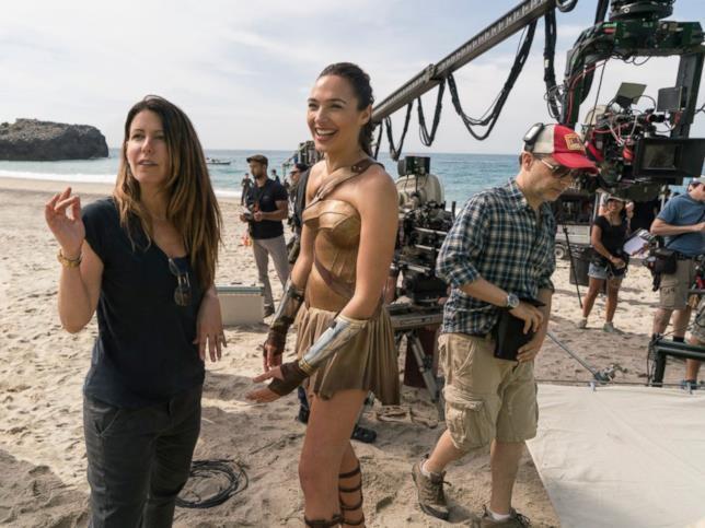 Patty Jenkins e Gal Gadot durante una pausa sul set del primo Wonder Woman