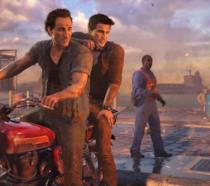 Nathan e Sam Drake su una moto in Uncharted 4