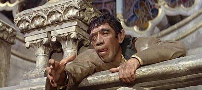 Quasimodo (Anthony Quinn) si affaccia dalla cattedrale in una scena del film di Jean Delannoy