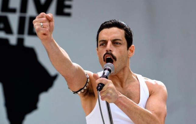 Rami Malek è Freddie Mercury in una scena di Bohemian Rhapsody