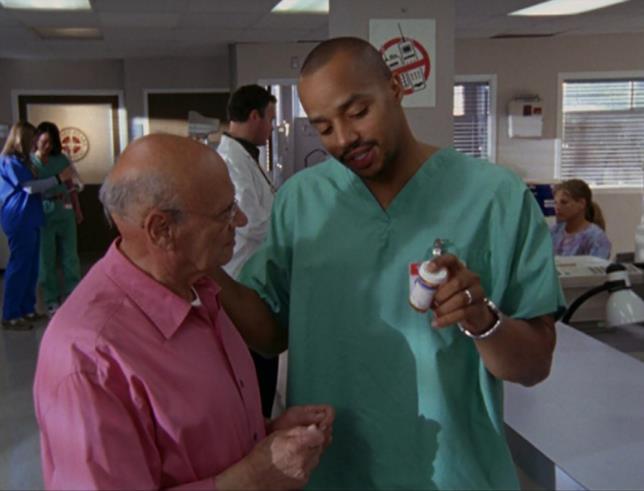 Turk spiega ad un paziente come utilizzare l'analgesico