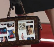 Primo piano della borsa di Luois Vuitton con due display flessibili