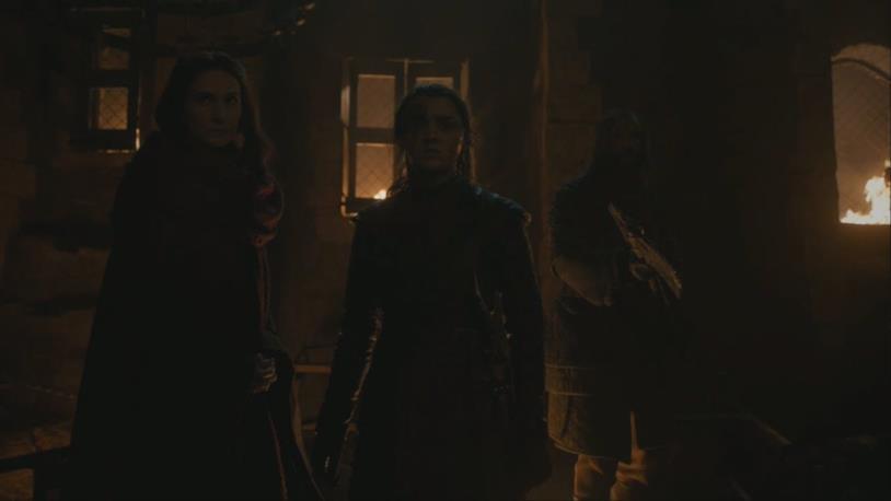 Maisie Williams nell'episodio 3 di Game of Thrones 8, protetta da Melisandre e dal Mastino
