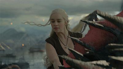 Daenerys in groppa a Drogon dà fuoco ai nemici