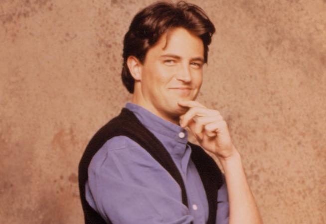 Un'immagine di Matthew Perry ai tempi di Friends, in cui interpretava l'analista bancario Chandler Bing