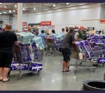 Consumatori con carrelli pieni di carta igienica