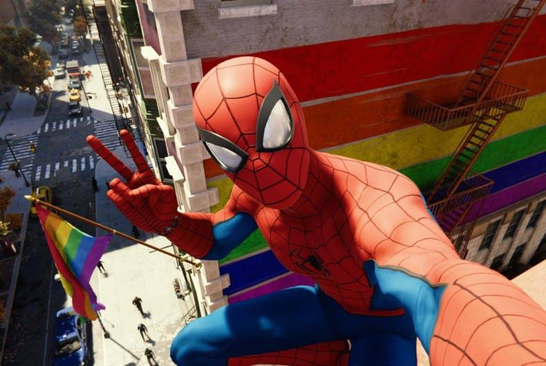 Selfie in-game di Spider-Man in Marvel's Spider-Man per PS4; sullo sfondo la bandiera arcobaleno simbolo del Pride