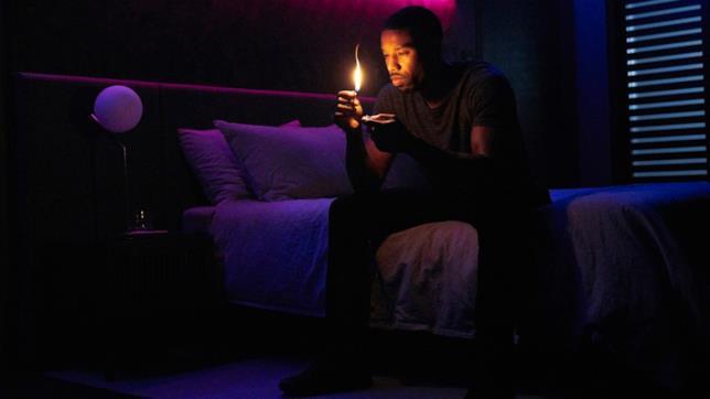 Michael B. Jordan con una fiamma accesa in una scena di Fahrenheit 451