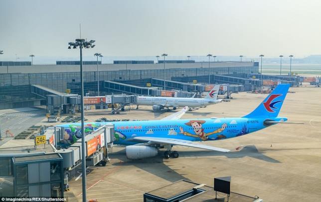 Dettagli della facciata sinistra dell'Airbus A 330 di China Eastern Airlines con il murale di Buzz Lightyear e Woody