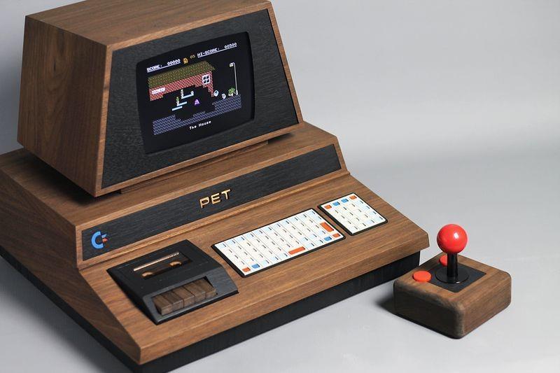 PET De Lux comprensivo di controller personalizzato che richiama l'aspetto del joystick TAC-2