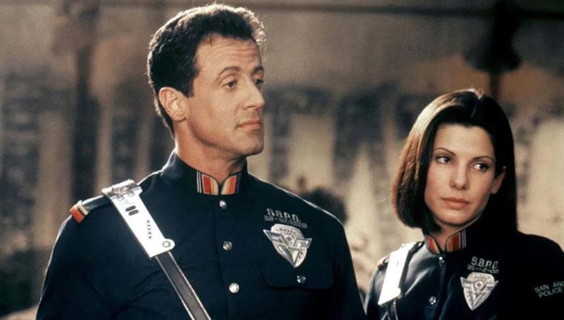 Sylvester Stallone e Sandra Bullock in una scena di Demolition Man