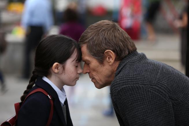 Lara Decaro e Willem Dafoe durante una scena di Seven Sisters