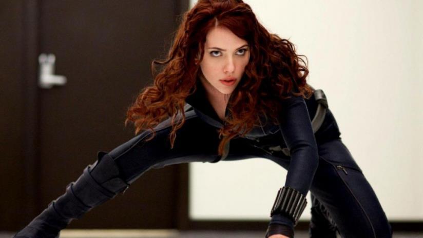 Un'immagine di Scarlett Johansson in posa da combattimento come Vedova Nera
