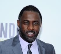 Idris Elba, l'attore di Luther, sorridente alla premiere del film Mandela