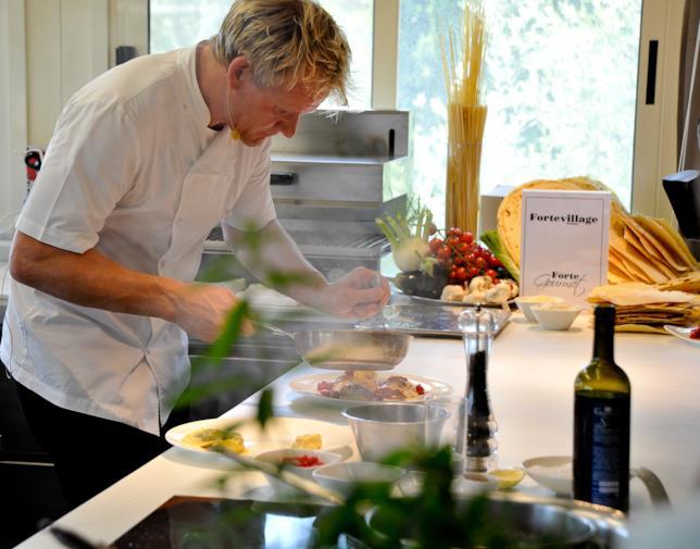 Il cuoco Gordon Ramsay ripreso durante un programma televisivo natalizio