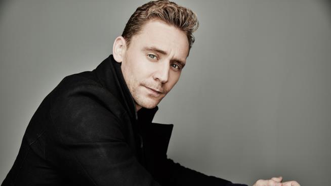 Un intenso primo piano di Tom Hiddleston