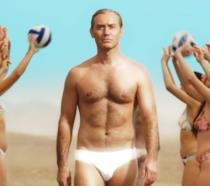 The New Pope, il teaser trailer rilasciato a Venezia (con Jude Law in costume sulla spiaggia)