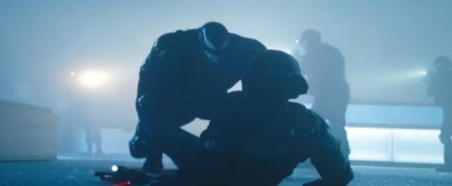 Venom contro un membro della SWAT nel film di Sony Pictures