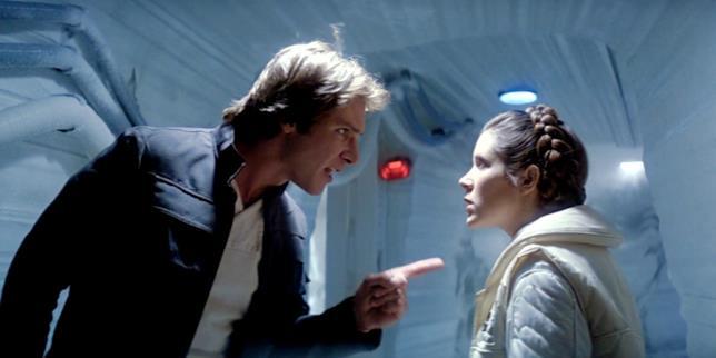 Mezzibusti di Harrison Ford e Carrie Fisher mentre discutono, nei corridoi della base sul pianeta Hoth
