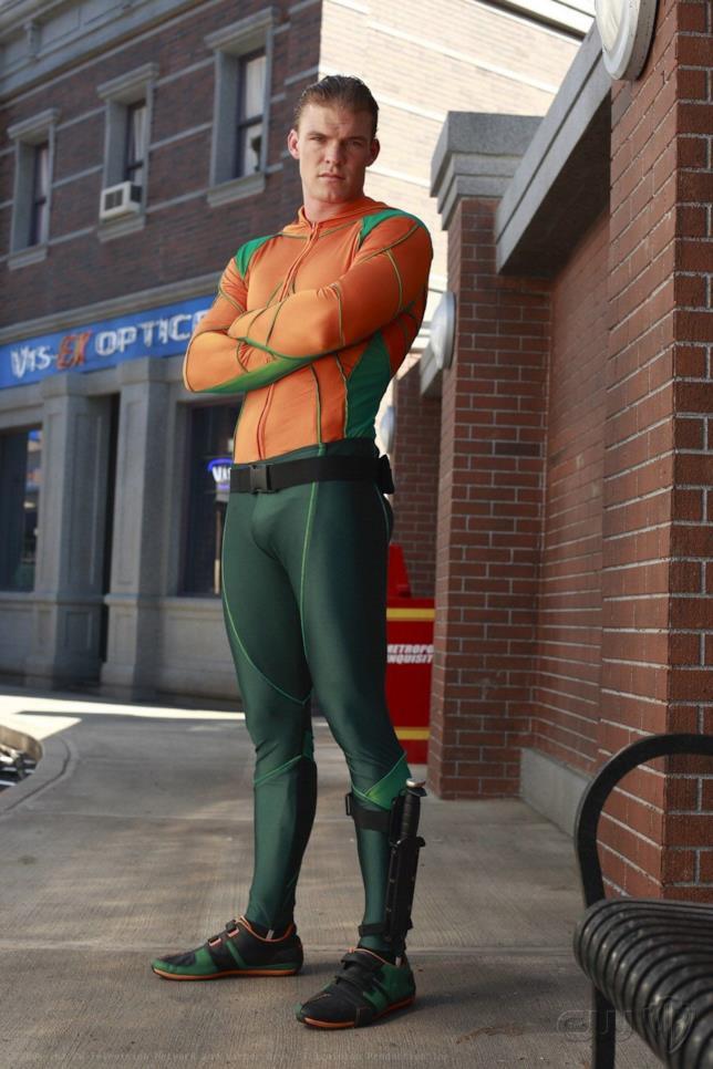 Figura intera di Alan Ritchson nel costume di Aquaman