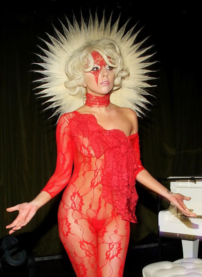 Lady Gaga a un evento in abito rosso trasparente