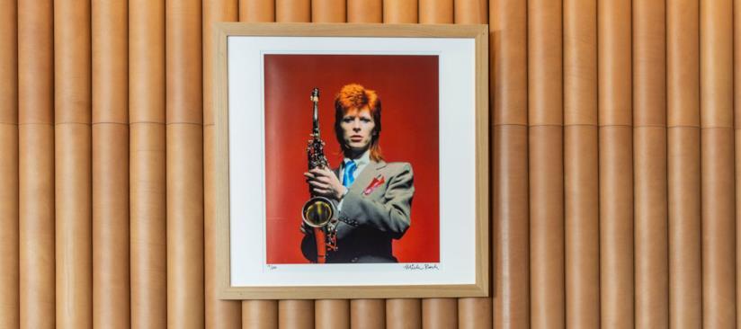 Un interno del bar Ziggy's dove è esposta sulla parete una foto di David Bowie