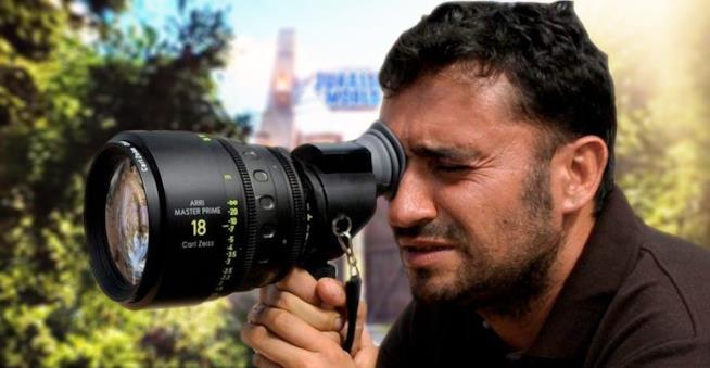 Juan Antonio Bayona guarda in un obiettivo
