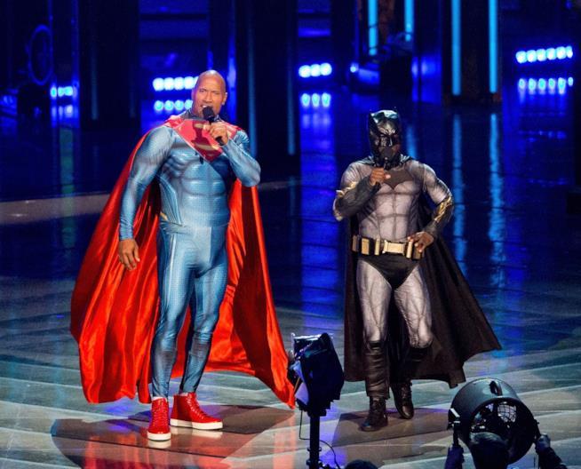 Dwayne Johnson e Kevin Hart vestiti da Superman e Batman