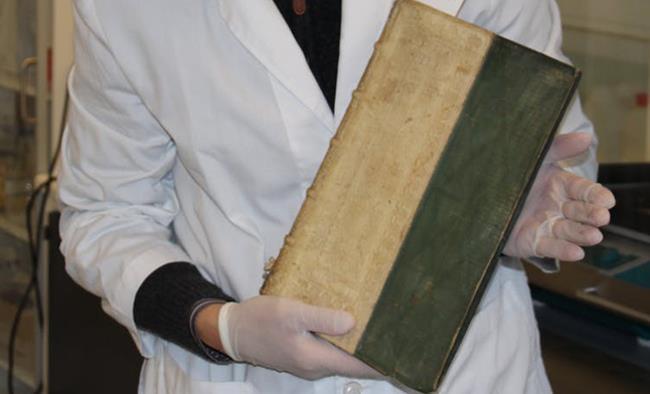 Uno dei libri con l'arsenico rivenuti in Danimarca