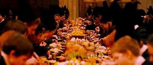Gli studenti di Hogwarts si gustano una cena coi fiocchi