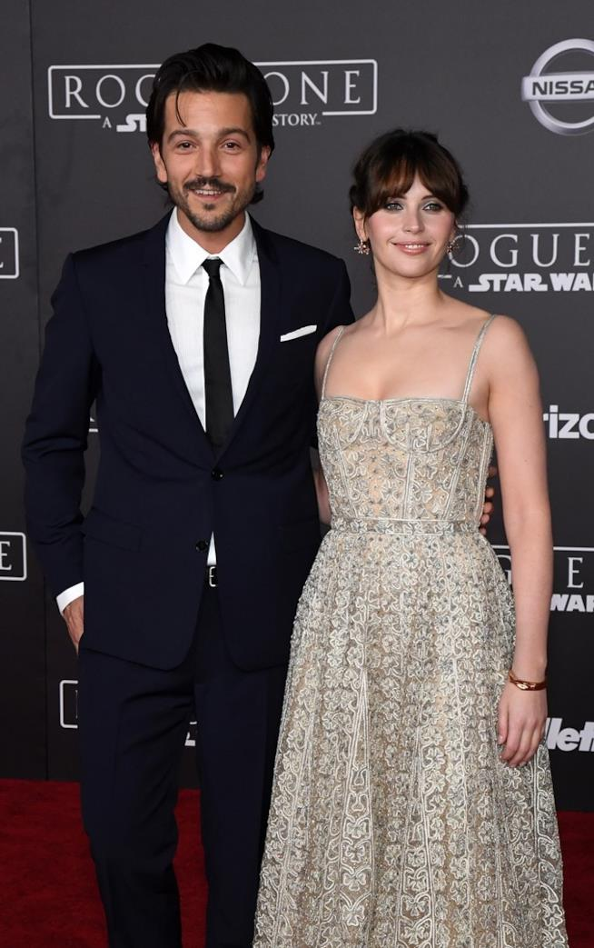Felicity Jones e Diego Luna posano per i fotografi alla premiere mondiale di Rogue One: A Star Wars Story