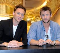 Tom Hiddleston chiese a Chris Hemsworth di prenderlo a pugni sul set