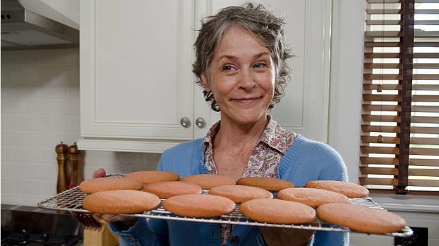 Carol di The Walking Dead tiene in mano dei biscotti