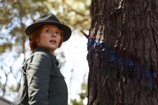 Bryce Dallas Howard interpreta la guardia forestale Grace Meacham ne Il Drago Invisibile