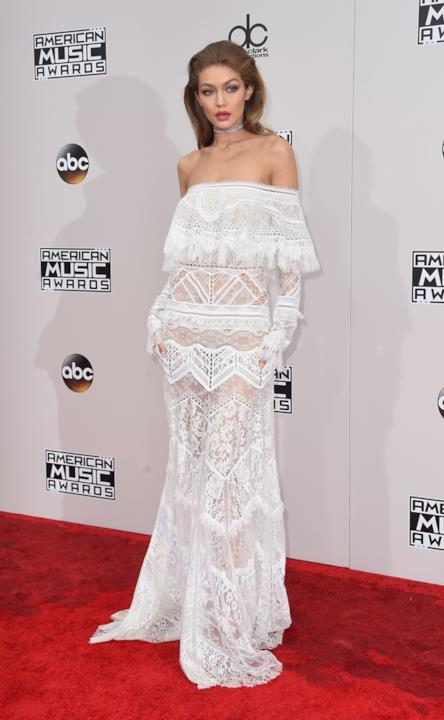 Look in pizzo bianco firmato Cavalli per Gigi Hadid agli American Music Awards