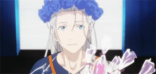 Un Victor adolescente con una corona di fiori in capo