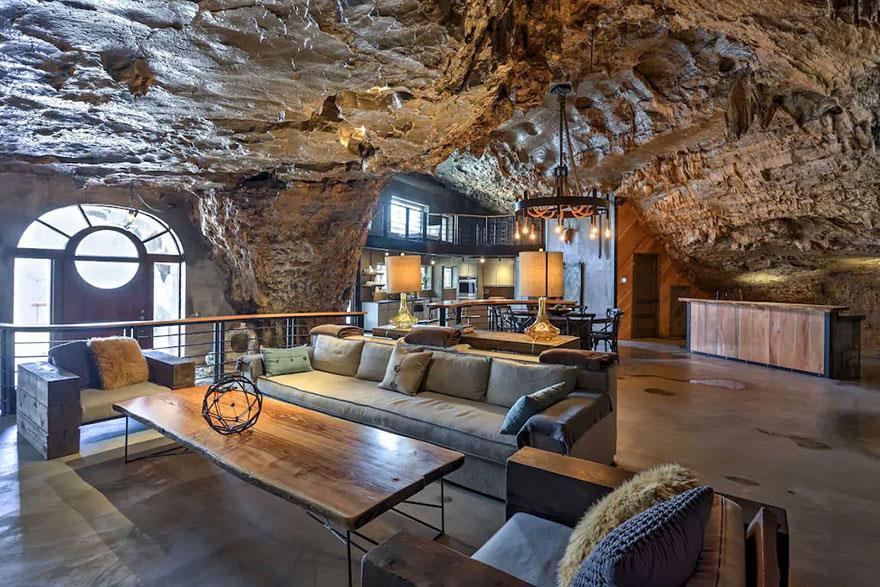 L'interno della Beckam Creek Cace Lodge: ingresso e una parte dell'enorme living-room