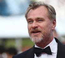 Un primo piano del regista Christopher Nolan in smoking