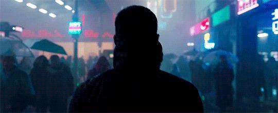 Ryan Gosling cammina per la Los Angeles del futuro