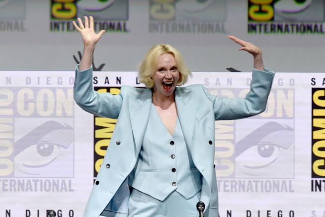 Gwendoline Christie in un'espressione buffa e allegra
