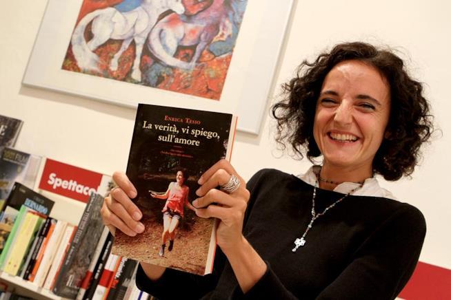 Foto a mezzo busto della scrittrice Enrica Tesio