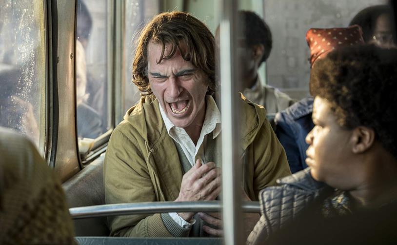 Joaquin Phoenix esplode di rabbia in una scena del film Joker