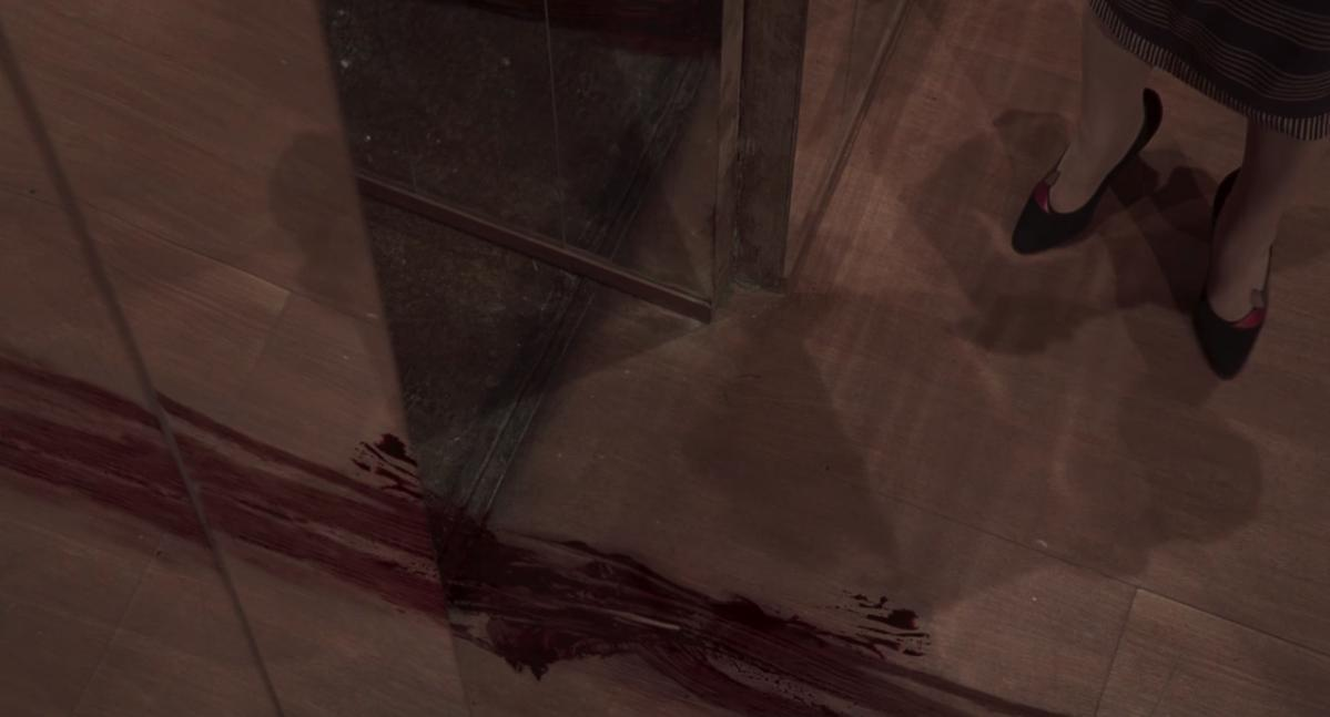 Un particolare della pellicola con una scia di sangue sul pavimento