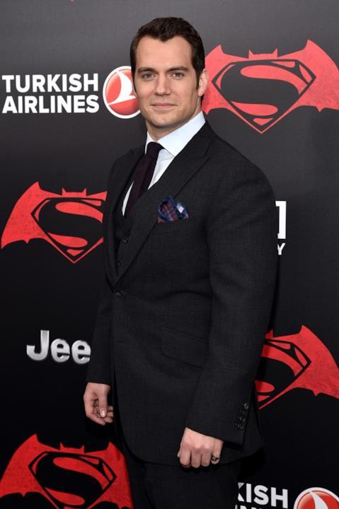 Henry Cavill non rinuncia al suo fazzoletto in un look total black per Batman v Superman